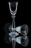 Lege wijnglazen op zwarte Stock Foto