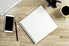 Lege Witboek en smartphone met het zwarte scherm en de kop royalty-vrije stock foto
