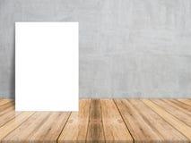 Lege Witboekaffiche op plank houten vloer en concrete muur, Malplaatjespot omhoog voor het toevoegen van uw inhoud royalty-vrije stock foto's