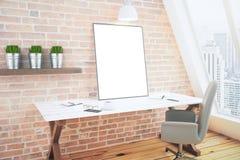 Lege witte affiche op witte houten lijst in zolderruimte met baksteen Stock Afbeeldingen