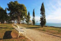 Lege witte bank die het overzees in Sustipan-park, Spleet, Kroatië onder ogen zien royalty-vrije stock afbeelding