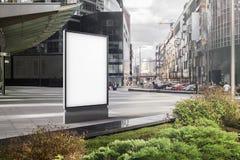 Lege witte banner naast commercieel of commercieel centrum het 3d teruggeven Royalty-vrije Stock Afbeeldingen