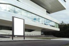 Lege witte banner naast wit modern commercieel centrum het 3d teruggeven Stock Fotografie