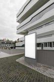 Lege witte banner naast wit modern commercieel centrum het 3d teruggeven Royalty-vrije Stock Afbeeldingen