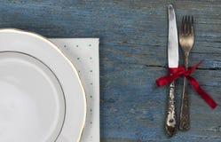 lege witte ceramische schotel en uitstekend tafelzilver op houten backgr stock foto