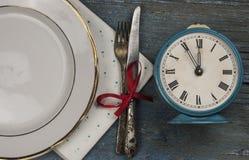 lege witte ceramische schotel en uitstekend tafelzilver op houten backgr stock afbeelding