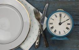 lege witte ceramische schotel en uitstekend tafelzilver op houten backgr royalty-vrije stock afbeelding