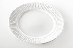 Lege witte dinerplaat met geribbelde rand stock afbeeldingen