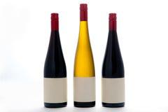 Lege Witte en Rode Wijnflessen Stock Foto's