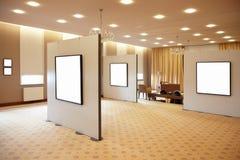 Lege witte frames in kunstgalerie Stock Foto's