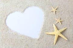 Lege witte hart en zeesterren op het strand Royalty-vrije Stock Afbeelding