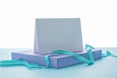 Lege witte kaart op gift Royalty-vrije Stock Afbeeldingen