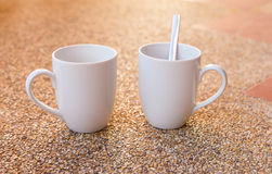 Lege witte koffiekoppen Stock Foto's