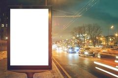 Lege witte lightbox bij nacht met autolichten in motieonduidelijk beeld Stock Afbeelding