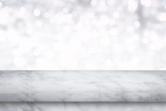 Lege witte marmeren lijst aangaande witte bokehachtergrond stock foto