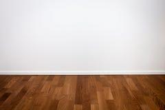 Lege witte muur en houten vloer Stock Foto