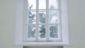 Lege witte muur met venster Diamotie van beweging of het raken van de camera op lege lichte witte ruimte met venster Royalty-vrije Stock Foto's
