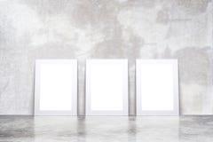 Lege witte omlijstingen in lege zolderruimte met concrete floo Stock Afbeeldingen