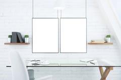 Lege witte omlijstingen op bakstenen muur in modern bureau met g Stock Afbeelding
