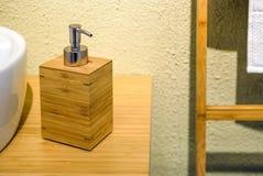 Lege witte plastic die pompfles voor shampoo of zeep wordt gebruikt Binnenlands ontwerp van de badkamers met het modelleren Royalty-vrije Stock Fotografie
