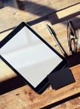 Lege Witte Scherm van de close-up het Moderne Tablet, Glazen Houten Lijst binnen Binnenlandse Coworking-Studio De lege Zwarte van Stock Foto's