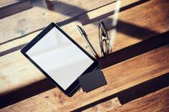Lege Witte Scherm van de close-up het Moderne Tablet, Glazen Houten Lijst binnen Binnenlandse Coworking-Studioplaats Leeg Modelon Royalty-vrije Stock Foto
