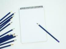 Lege witte spiraal - verbindend document tekeningsstootkussen met kleurenpotlood Is Royalty-vrije Stock Fotografie