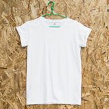 Lege witte T-shirt op houten achtergrond Stock Foto