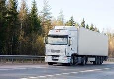 Lege witte vrachtwagen op weg van mijn   Stock Afbeeldingen