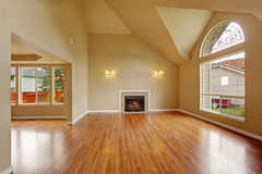 Lege woonkamer met hoog plafond en groot boogvenster Stock Fotografie