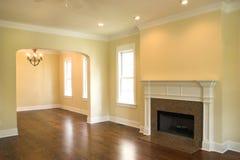 Lege woonkamer met open haard Royalty-vrije Stock Foto's