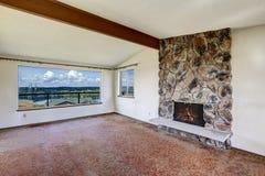 Lege woonkamer met rotsachtige open haard en mooie mening van Jol stock afbeeldingen