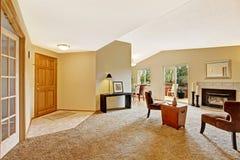 Lege woonkamer in zacht ivoor met open haard en stakingsdek Royalty-vrije Stock Foto