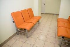 Lege zetels bij een bedrijfsgebouw tegen een muur, het binnenlandse plaatsen Wachtend gebied met zetels in een kliniek Lege sinaa royalty-vrije stock afbeeldingen