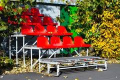Lege zetels bij een sportenspeelplaats Stock Afbeeldingen
