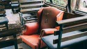 Lege zetels in de oude verlaten passagiersbus stock afbeelding