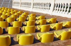 Lege zetels in een openluchttheater Stock Afbeeldingen