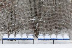 Lege zetels in een stadion in de sneeuw Stock Foto's