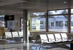 Lege zetels in eindwachtkamer in luchthaven Royalty-vrije Stock Foto's