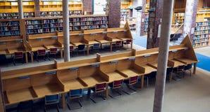 Lege zetels en boekenrekken bij universiteitsbibliotheek royalty-vrije stock fotografie
