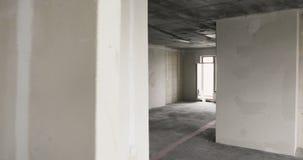 Lege zonnige ruimte zonder het eindigen in nieuw flatgebouw stock footage