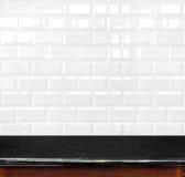 Lege zwarte marmeren lijst en keramische tegelbakstenen muur in backgrou Royalty-vrije Stock Foto's