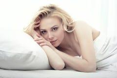 Legen auf das Bett Stockfoto
