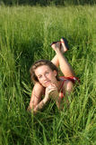 Legen auf Frontseite im Gras Stockfotos