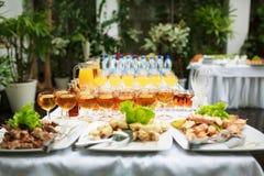 Legen der Tabelle in der Gaststätte Stockfoto