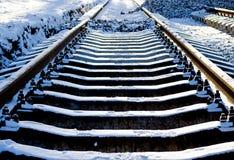 Legen des Baus der neuen Rillenschienen, des Schneewetters, der Schienen und der Lagerschwellen, die in die zurückgelegte Entfern stockfoto