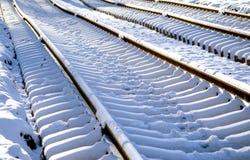 Legen des Baus der neuen Rillenschienen, des Schneewetters, der Schienen und der Lagerschwellen, die in die zurückgelegte Entfern stockbilder