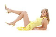 Legen des Mädchens im gelben Kleid Lizenzfreies Stockbild