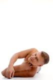 Legen des muskulösen Kerls, der Kamera betrachtet Stockfotos