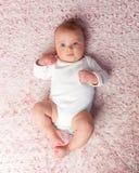 Legen des neugeborenen Babys stockbild